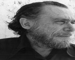 Charles Bukowski nació en Aldernach (Alemania) en 1920, fue llevado a los Estados Unidos cuando tan solo tenía tres años. Su niñez estuvo llena de dolor y soledad a causa de un padre violento y una madre resignada a los abusos del poder.