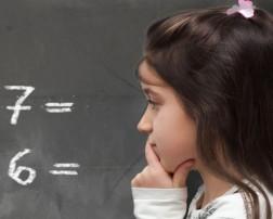 La discalculia es una condición de por vida que dificulta que los chicos realicen tareas relacionadas con las matemáticas. No es tan conocida o entendida como la dislexia, pero algunos expertos creen que es igual de común. Los expertos no están seguros si la discalculia es más común en niñas que en niños. Pero la mayoría están de acuerdo con que es poco probable que existan diferencias significativas.